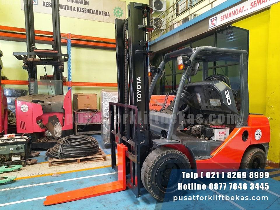 Forklift Toyota 60-8FD30 samping depan