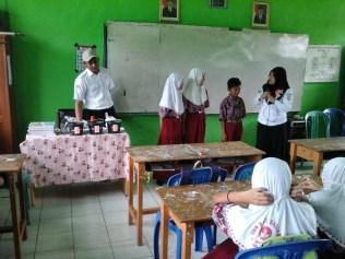 Penyuluhan interaktif dengan siswa oleh petugas promkes