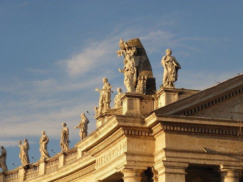 San Piedro meydanında bellini eseri heykeller