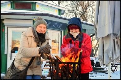 Stockholm'de kar yağdığında şehrin değişik yerlerine koyulan mangallarda ısınabilrisiniz.