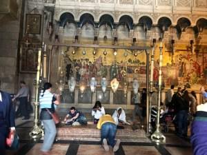 Kudüs kıyamet kilisesinde dua eden insanlar