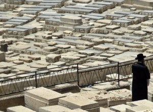 Yahudiler in  mezarlıkları oldukça ilginçtir. Her bir ziyaretçi mezarın üzerine ufak bir taş koyar.
