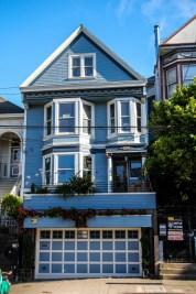 La maison bleue, la colline est derrière !