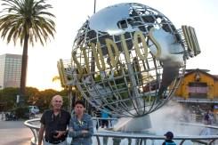 Devant le globe d'Universal Studios