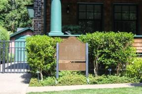 Comme indiqué en petit sur la plaque, c'est dans le garage à gauche qu'a été fondé HP, à Palo Alto.