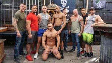 Photo of RawFuckClub – Logan Moore e fodido por 8 Machos – Parte 2 – Bareback