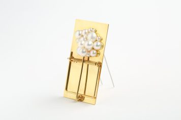 Reka Lorincz, Take the brooch and run, brooch - pearl, gold-plated brass, stainless steel