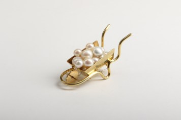 Reka Lorincz, brooch ''Women's work brooch''-pearls, gold-plated brass, gold-plated copper, stainless steel