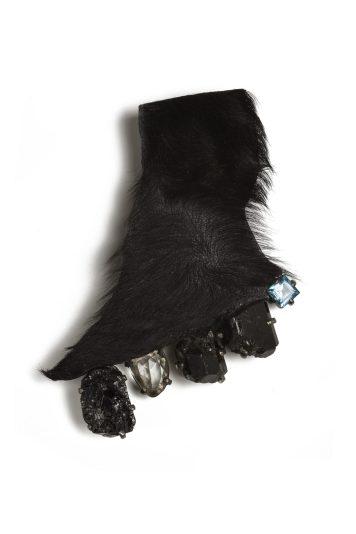 """Kadri Malke, piespraude """"Kurpnieks"""" - Kurmja āda, melni turmalīni, baltais safīrs, Londonas zilais topāzs, oksidēts sudrabs. Fotogrāfs - Kadri Malke"""