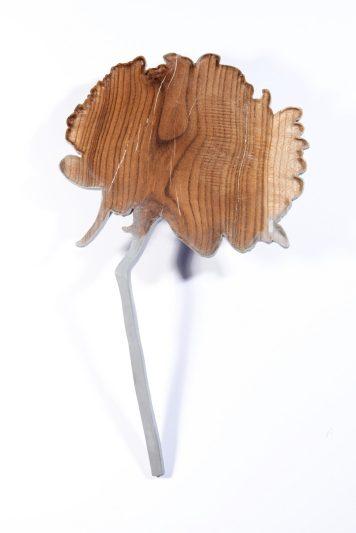 """Ketli Tītasare, piespraude """"Negaidi Ziedus Tik Drīz I"""" - Riekstkoks, krāsa, sudrabs 925, nerūsējošais tērauds. Fotogrāfs - Dénes Farkas"""