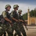 Kineska policija ispred dzamije u Kashgaru