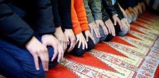 Muslimani klanjaju