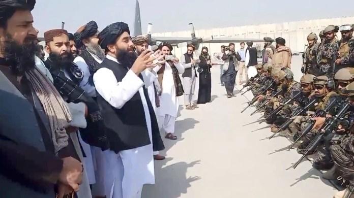 Glasnogovornik talibana Zabihullah Mujahid obraća se jedinici Badri 313 na kabulskom aerodromu (REUTERS)