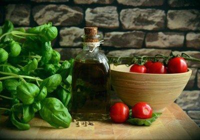 Olijfolie met tomaatjes en verse basilicum