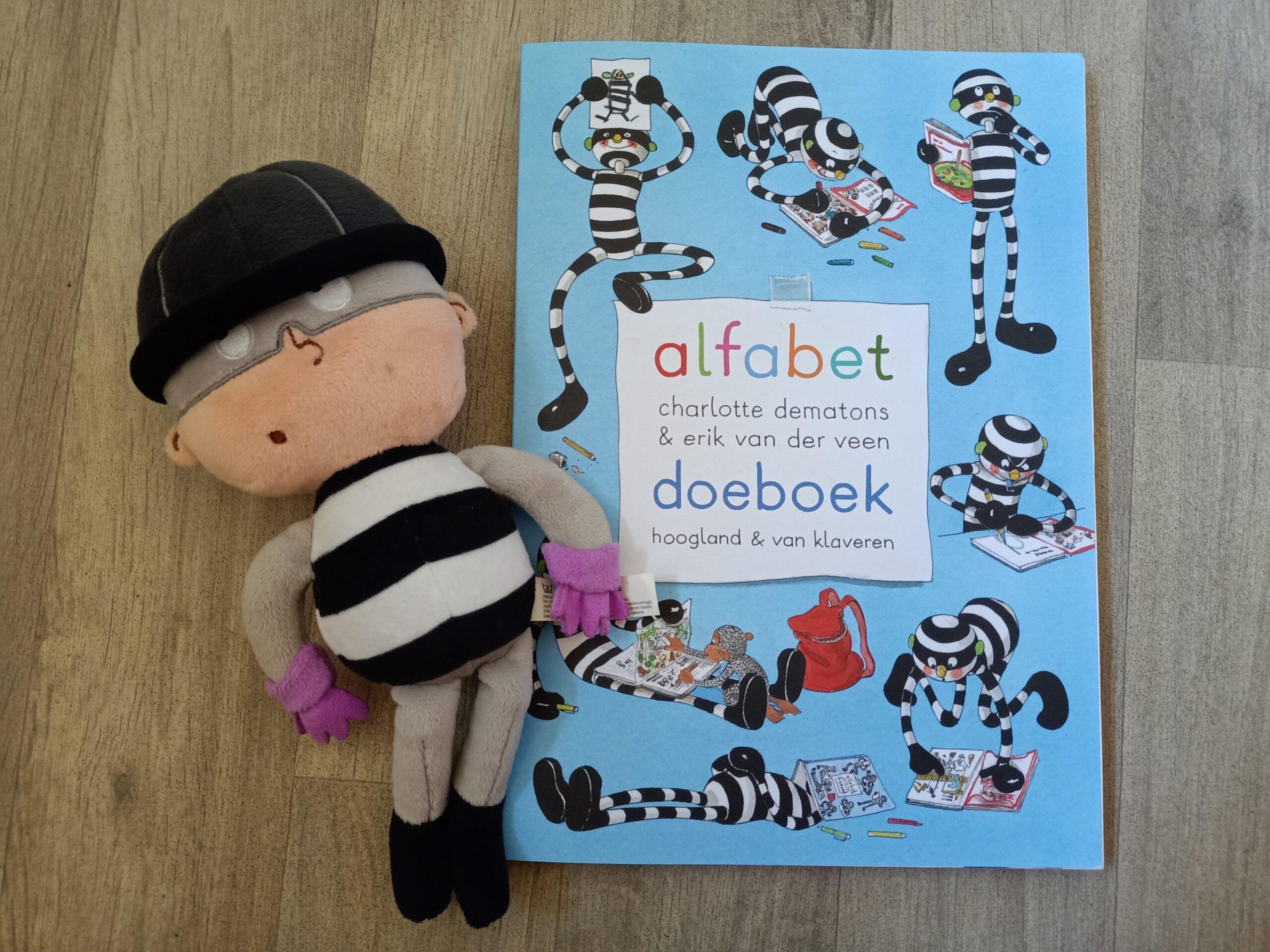 Het alfabet doeboek helpt bij letterherkenning