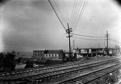 rq Queen St west Sunnyside crossing 1911 looking west at Dean's_Canoe_and_Boat_Works