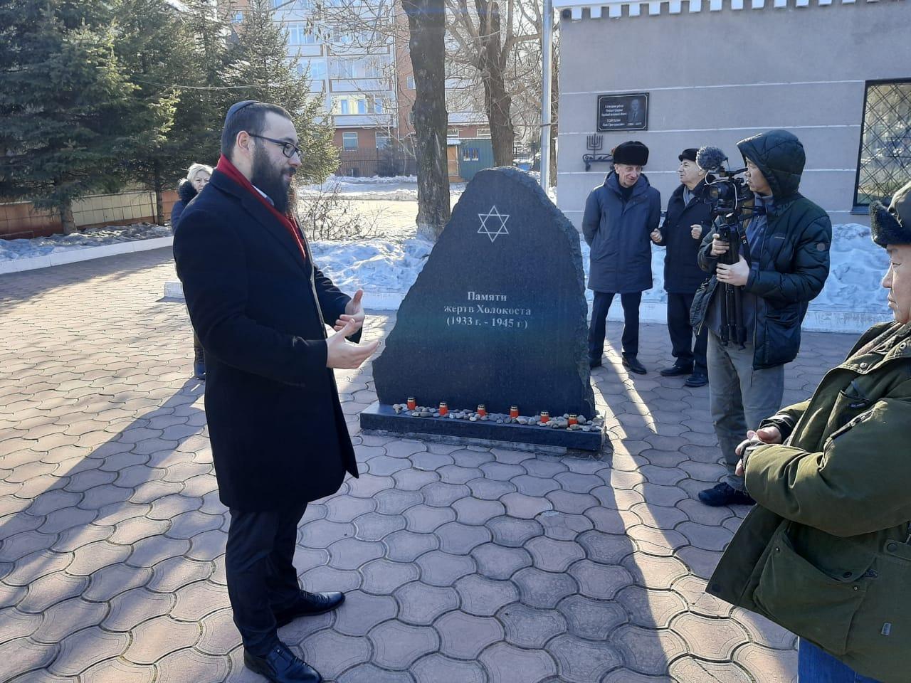 Главный раввин Еврейской автономной области Эли Рисс у памятника жертвам Холокоста. г. Биробиджан 20 февраля 2020 г.