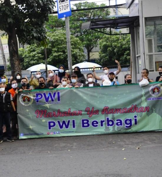 PWI dan IKWI Kota Bandung Bagikan Ratusan Makanan Siap Saji