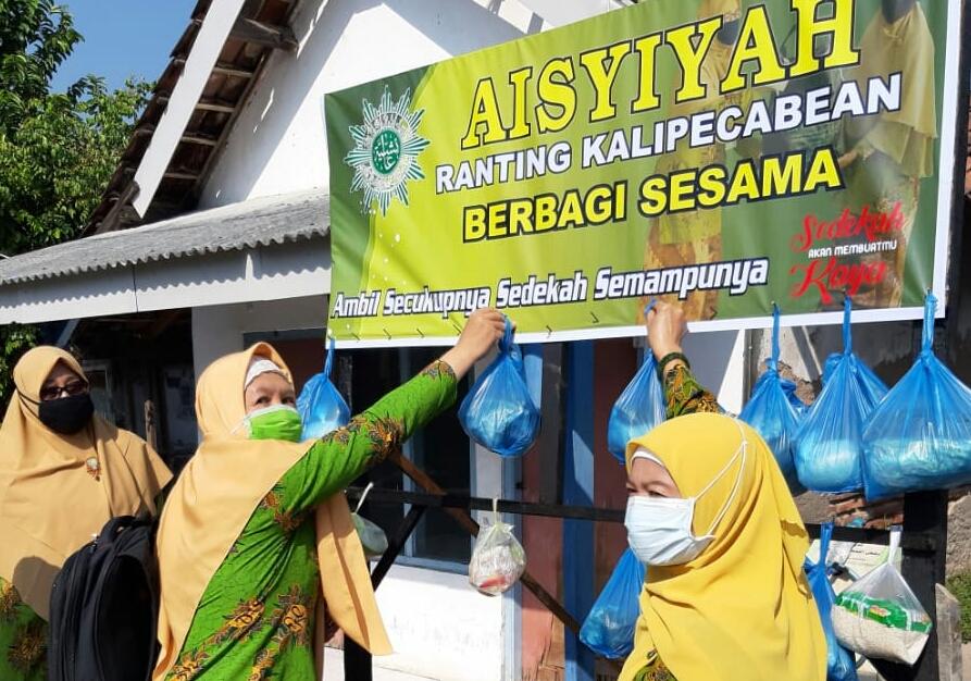 Sedekah cantolan ala Pimpinan Ranting Aisyiyah (PRA) Kalipecabean, Candi, Sidoarjo dilakukan untuk ketahanan pangan menghadapi Covid-19, Rabu (1/7/20).