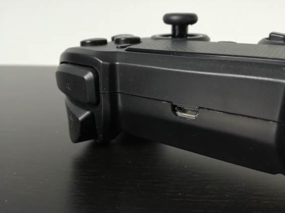 La tranche supérieure ne possède pas de barre lumineuse, mais permet de jouer en filaire et de recharger la manette