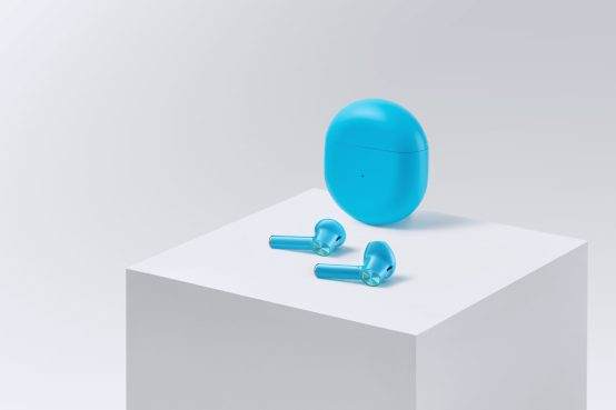 OnePlus Buds packshot avec écouteurs déposés sur une table blanche