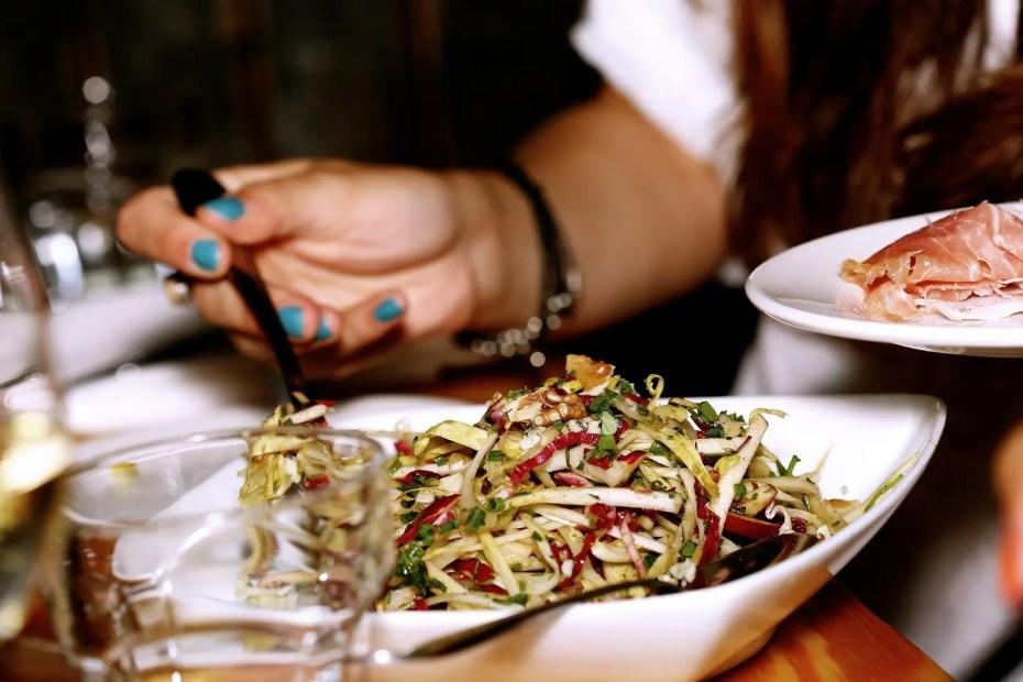 Delle persone mangiano dei piatti gustosi a tavola
