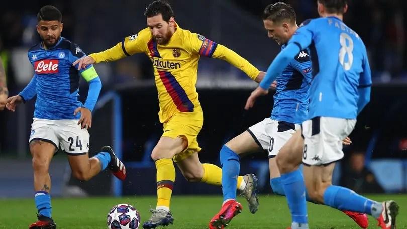 Messi contro alcuni giocatori del Napoli