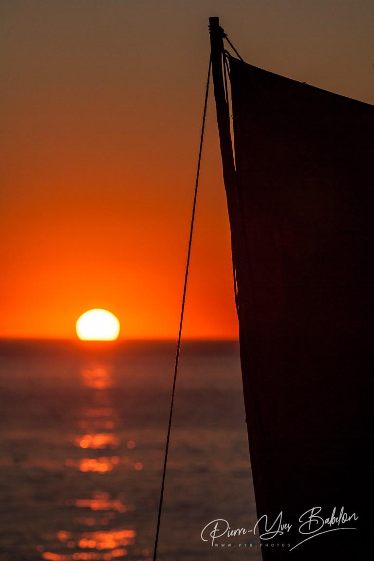 Voile de pirogue malgache au coucher du soleil