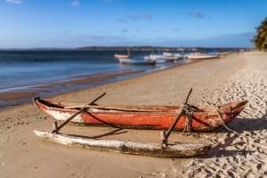 Un bateau de pêche traditionnel sur la plage Ramena de la baie de Diego Suarez, Madagascar.