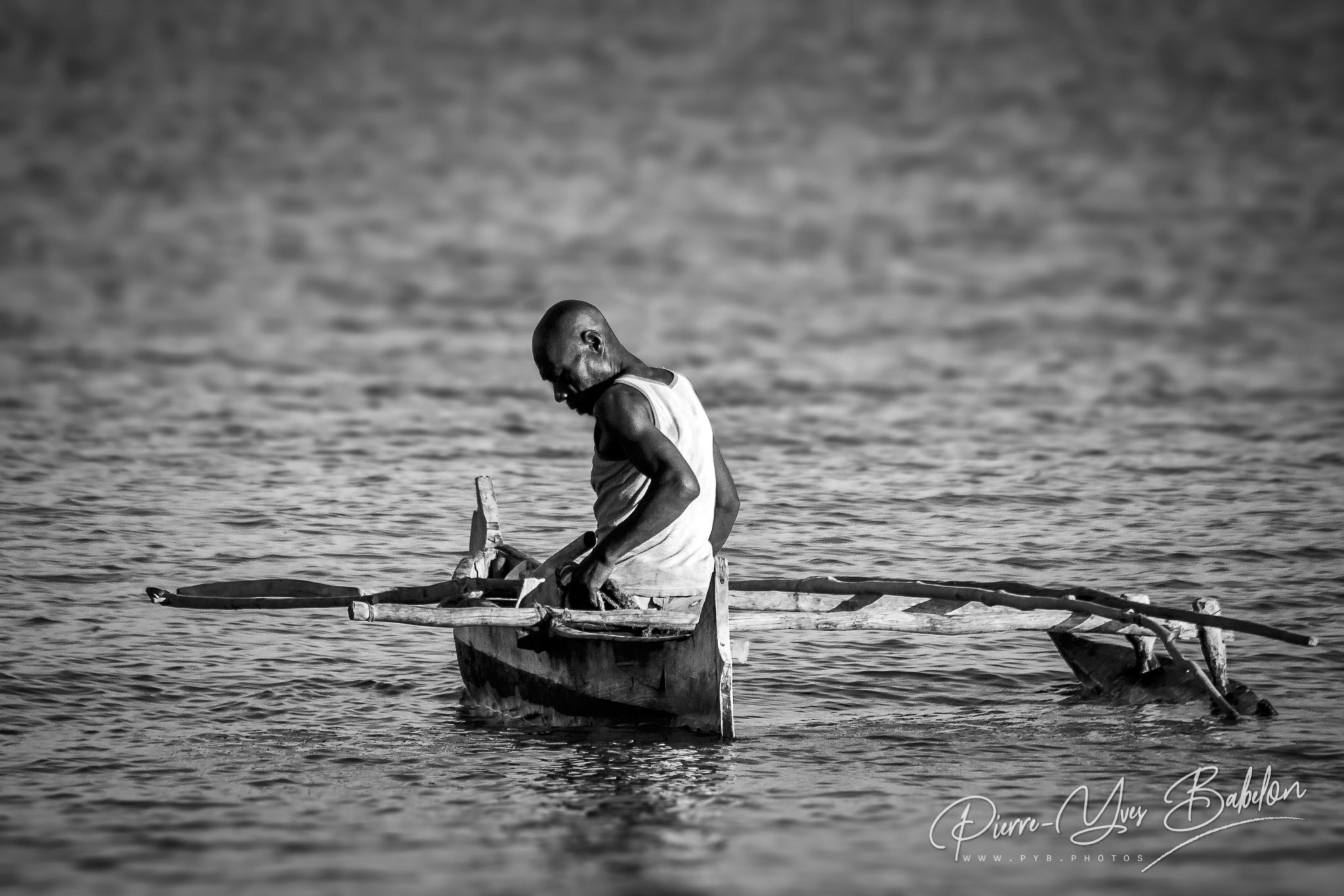 Pêcheur Vezo dans sa petite pirogue à balancier dans le sud-ouest de Madagascar.