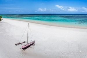 Vue sur le lagon avec pirogue traditionnelle dans le grand sud de Madagascar
