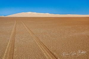 Traces de pneus dans le désert. Lac Anony Fort Dauphin, Madagascar