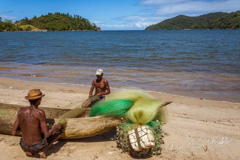 Pêcheurs réparant leurs filets à Mahalevona, Madagascar