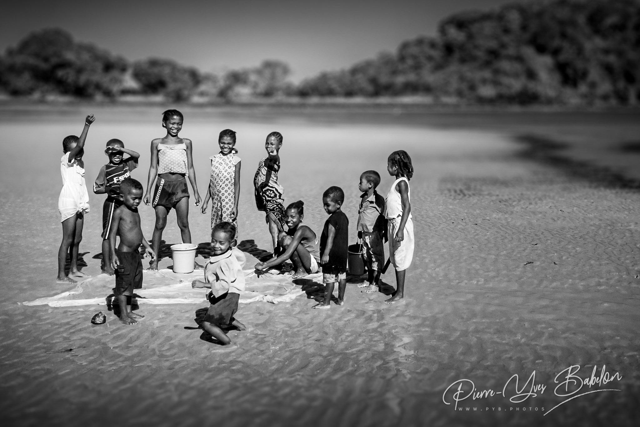 Enfants malgaches sur la plage de l'île de Nosy Be, au nord de Madagascar