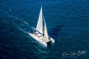 Vue aérienne d'un catamaran naviguant dans l'océan Indien