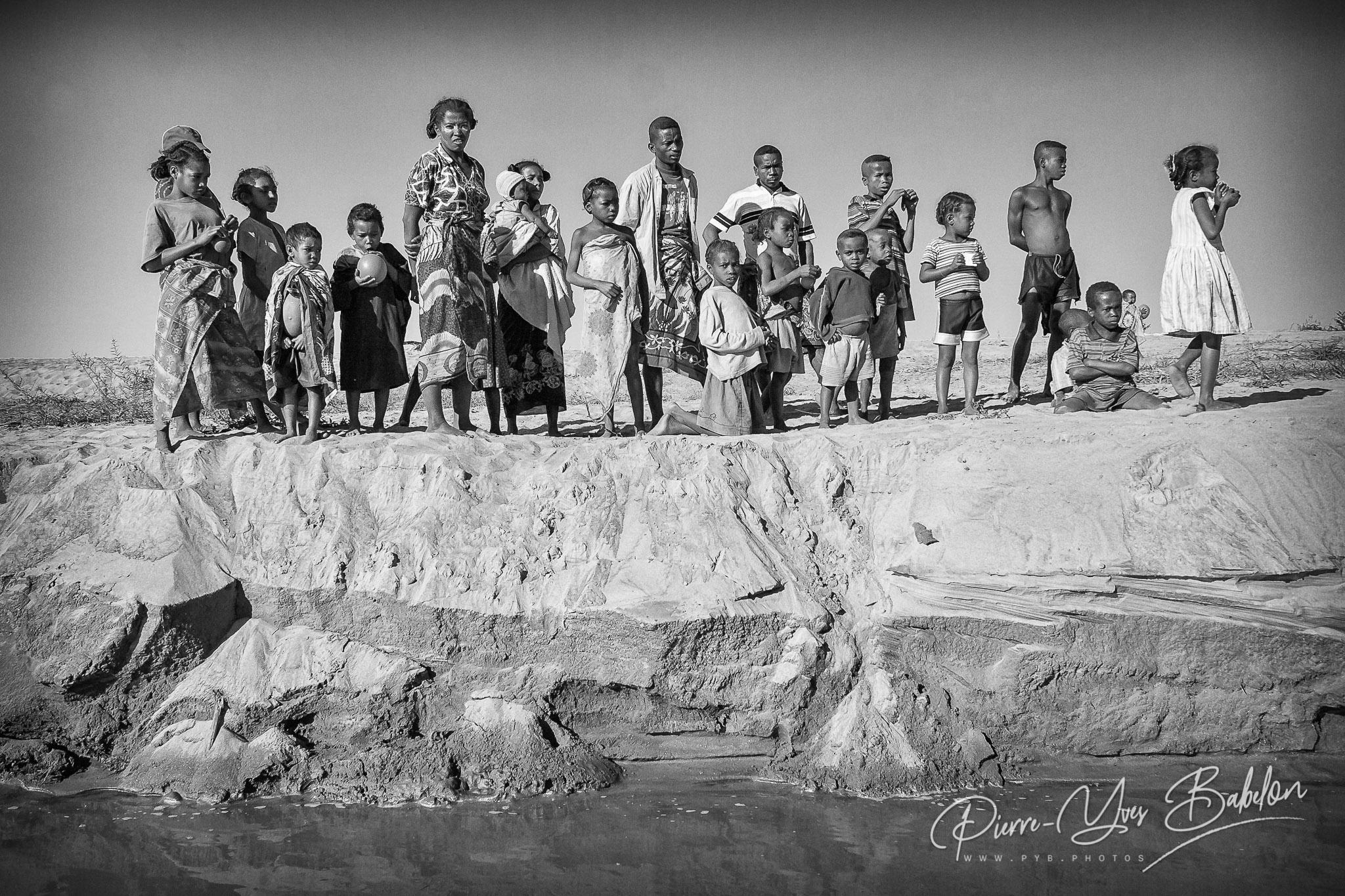 Villageois Sakalava sur le banc de sable le long du fleuve Tsiribihina, Madagascar