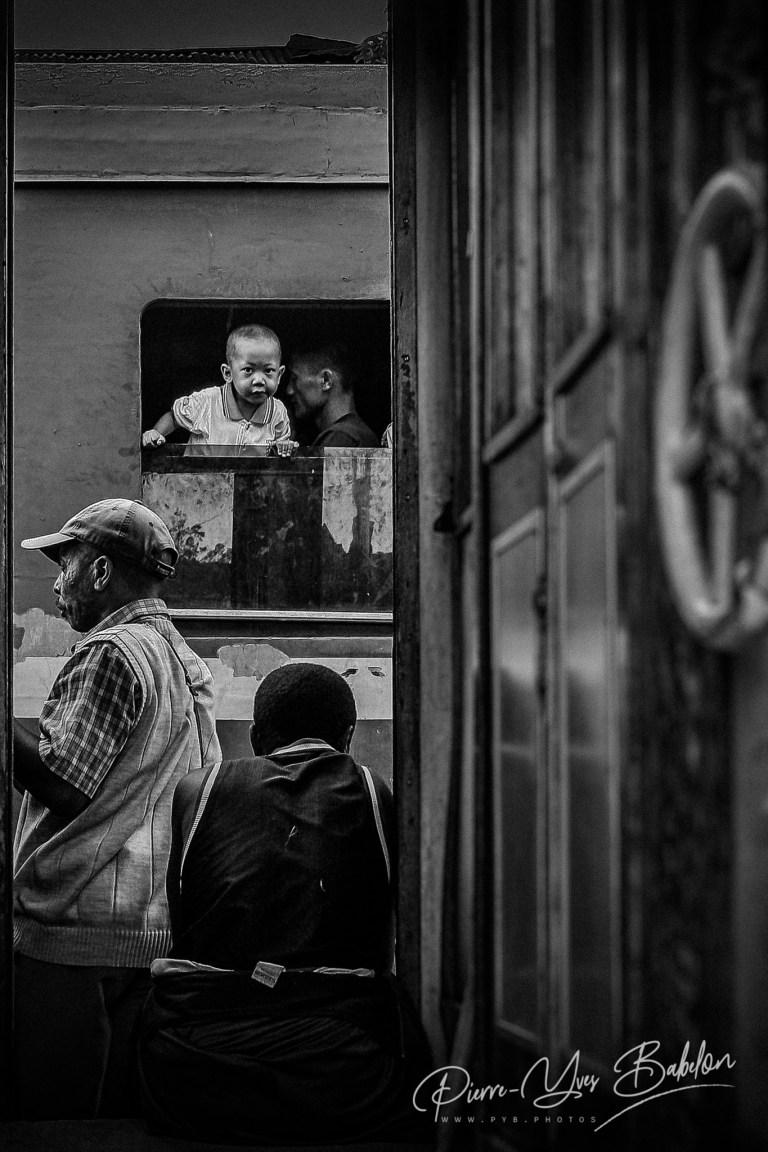 Enfant curieux du train Fianarantsoa - Côte Est