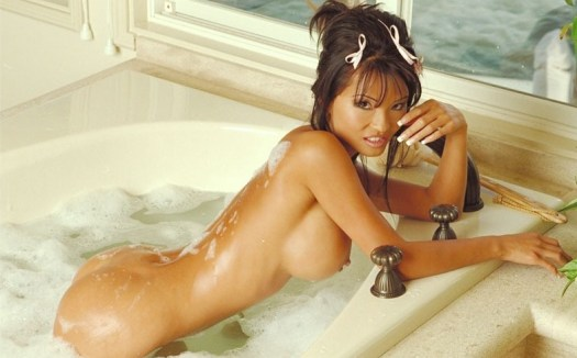 Le Anna Scott naked in a bath