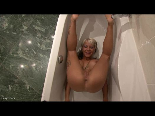 Sexy Cora piss on herself