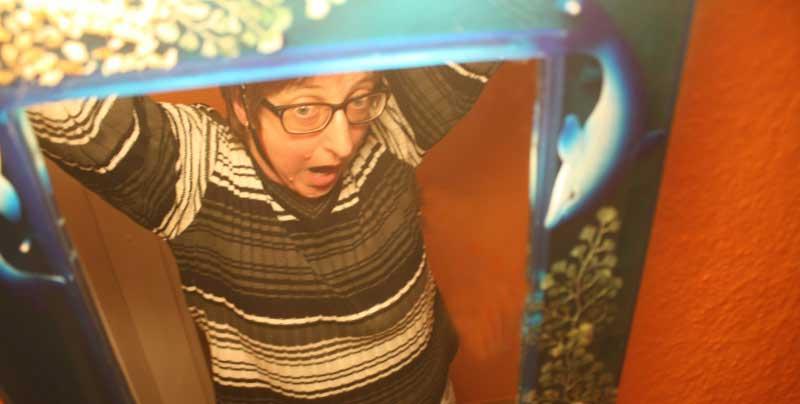 Fotografenselbstmord im Badezimmer: Erhängen am Kameragurt und dabei immer das Motiv im Blick.