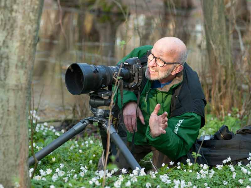 Für ein gutes Foto geht er auch mal in die Knie: H. Dietrich Habbe. Foto: Ulrike Baer