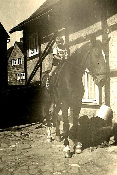 Mein Lieblingsfoto: Ein kleiner Buttscher auf einem großen Pferd.