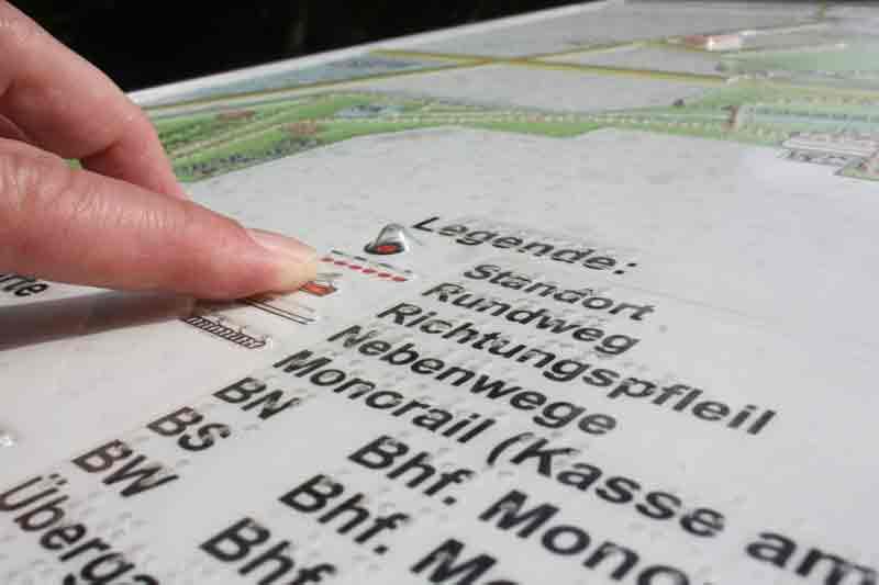 Übersichtsplan mit Blindenschrift.