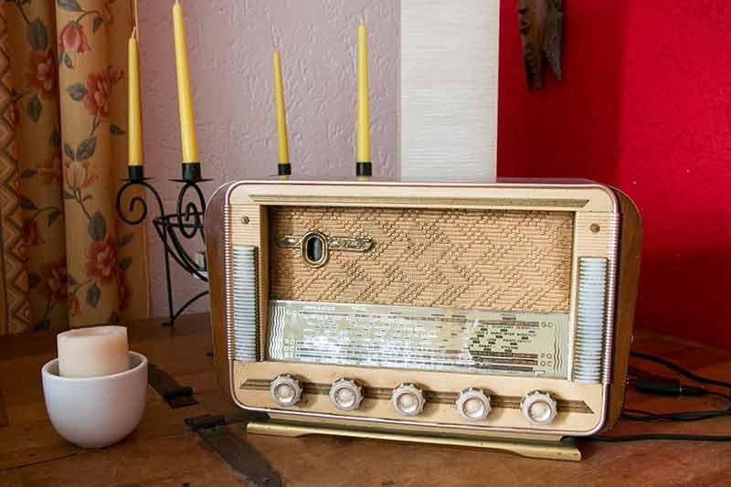 alte Radio in modernem Ambiente