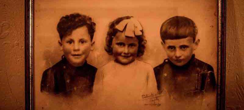 Altes Kinderfoto aus den 1930er-Jahren mit zwei Jungen und einem Mädchen.