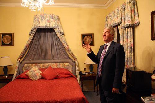 """""""Hotelbesitzer Kenneth Healy im Geisterzimmer Nr. 4"""""""