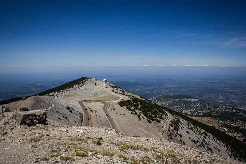 Vom kahlen Gipfel des Mont Ventoux geht der Blick weit übers Land und auf die Straße.