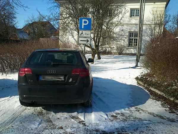 Behindertenparkplatz frei gelassen, aber dennoch komplett blockiert.