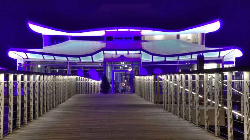 Das Teehaus bei Nacht: ein blaues Ufo über der Ostsee.