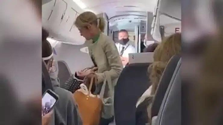pasajeros expulsan mujer